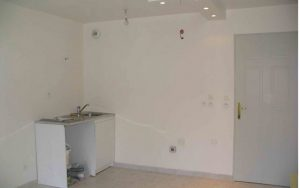 Le nouveau carrelage au sol du coin cuisine est identique à l'ensemble du studio (entrée, dressing et placard)