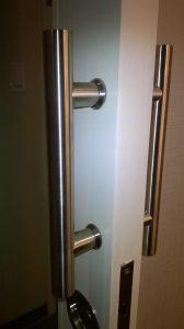 Poignée en métal brossé pour porte coulissante, dans un hôtel en Californie