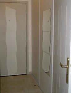 L'entrée cache un dressing à droite, avec un miroir à 3carreaux