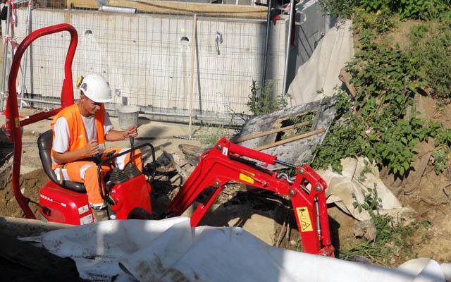 Une mini pelleteuse s'active dans la partie du parc en chantier