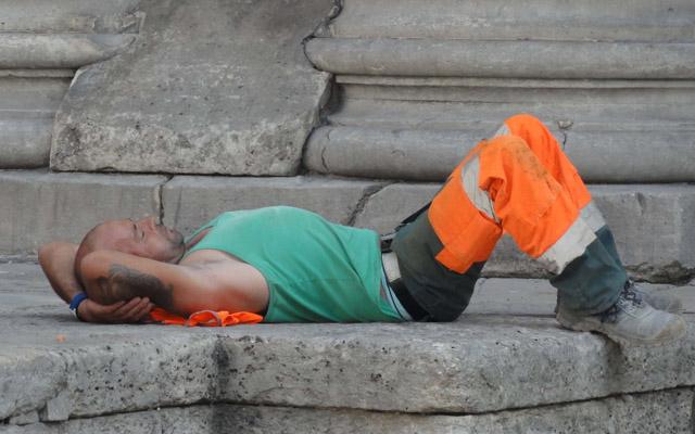 Un ouvrier en pause à l'ombre de l'église Saint Eustache