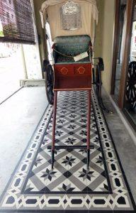 Des carreaux de ciment en guise de tapis sous le porche d'une devanture de magasin, Malaisie