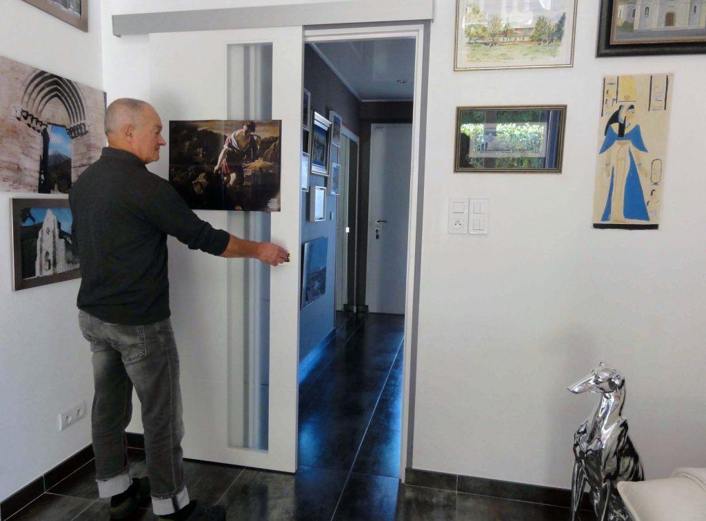 Olivier apprécie le vitrage opaque de la porte coulissante dans son salon qui laisse passer la lumière dans le couloir.