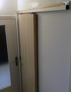 La porte coulisse sur la droite, donnant accès au WC