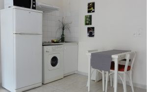Le nouveau coin cuisine est optimisé par l'absence de meuble de rangement