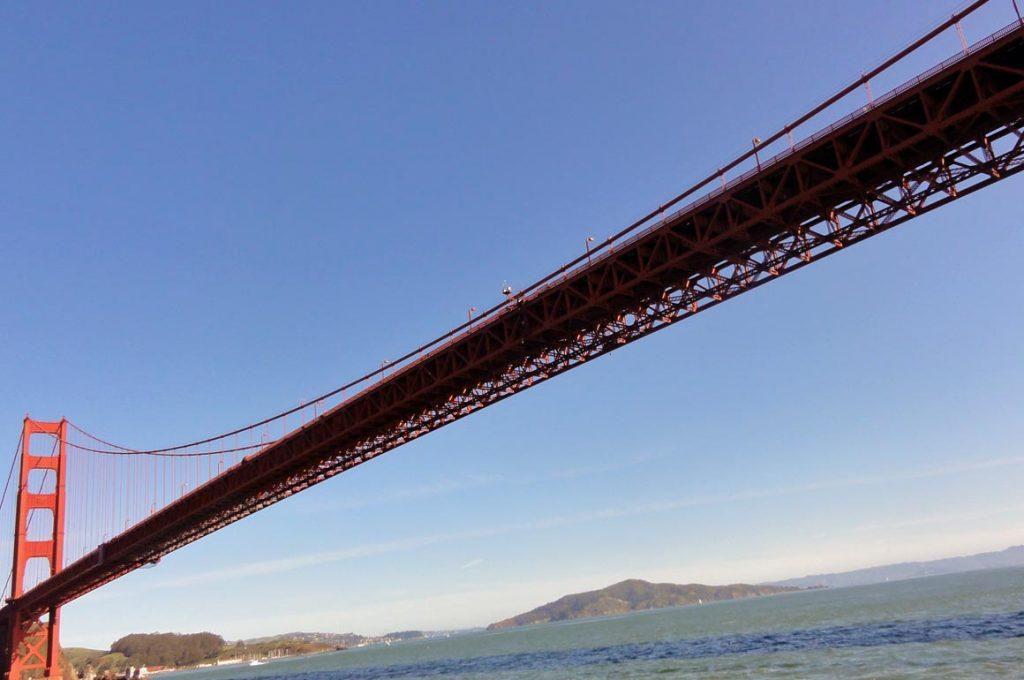 20 à 38 tonnes de peinture par an sont nécessaires au Golden Gate Bridge