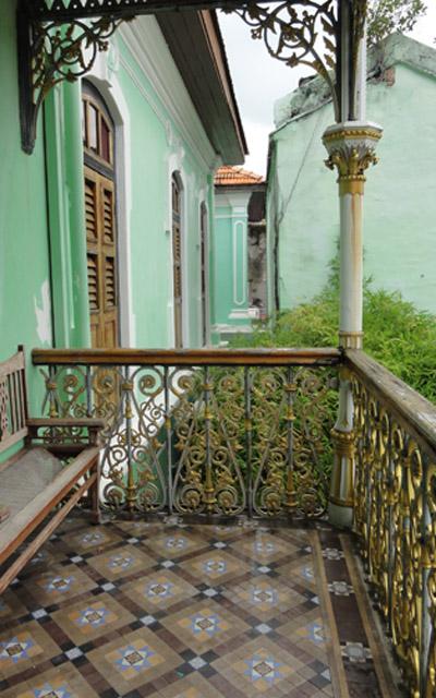 Vue du balcon, au dessus du porche de l'entrée