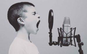 Garçon crie au microphone
