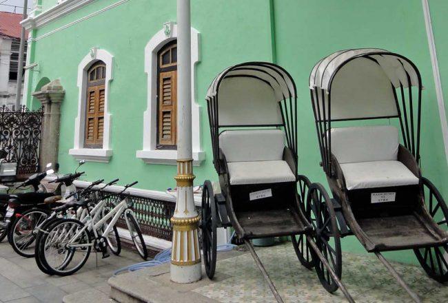 Sous le porche de l'entrée, les carreaux de ciment décorent la Maison verte, Malaisie