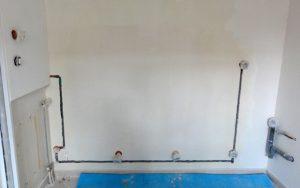 Circuit électrique gainé et boîtiers pour recevoir les prises, chantier d'une cuisine que j'ai entrepris