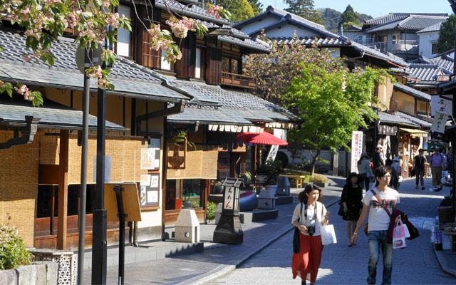 Dans une rue principale à Kyoto, les arbres font partie de l'architecture paysager