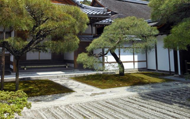 Karesansui, c'est un jardin sec composé de graviers dessinés par de jolis motifs, avec peu d'arbre.