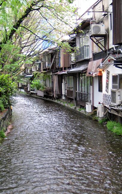 Un cours d'eau traverse l'arrière des petits logements mitoyens, Kyoto