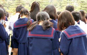Un groupe d'élève japonais en visite dans un temple