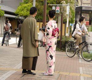 Un couple se promène dans la rue