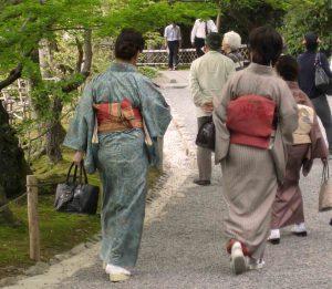 Les japonaises dans les jardins d'un temple.