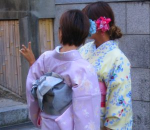 Deux jeunes femmes en face de quelques marches