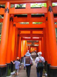 Une série de pergola orange abrite les visiteurs qui cheminent vers le temple