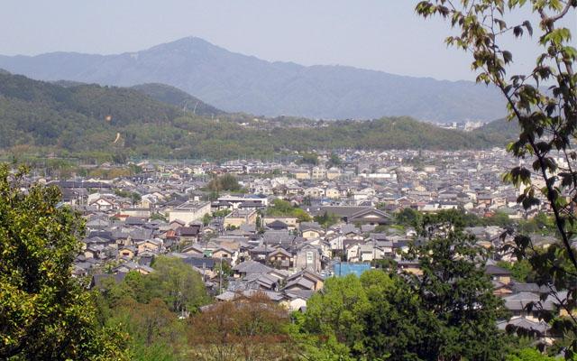 Kyoto, l'ancienne ville impériale est ceinturée par des collines et l'abondante végétation