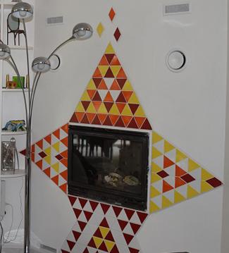 Autour de son insert de cheminée: Pierre-Olivier a créé une étoile en faïence avec des losanges découpées à partir de carrés