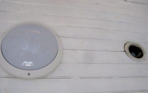 Avant: le passage d'un ancien spot (à droite) laissé au plafond