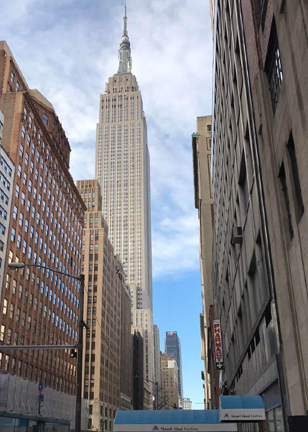 L'antenne de l'ouvrage pointe vers le ciel de New-York