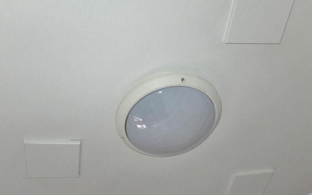 Après: des carrés en bois fixés au plafond font disparaître les trous des vieux spots