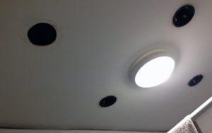 Avant: 4 passages d'anciens spots laissés au plafond