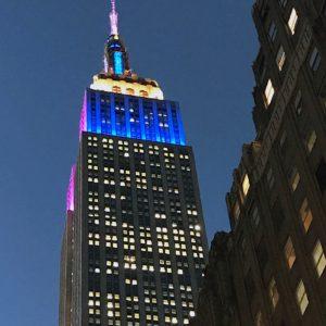 En haut de l'Empire State Building: les lumières bleues, jaunes et roses fêtent noël 2016