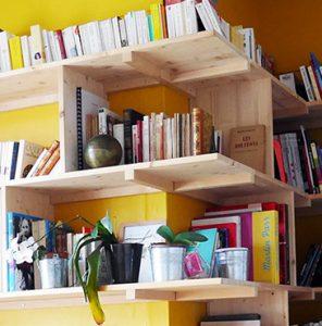 Principe du porte-à-faux: les tasseaux consolident les tablettes entre elles, les appuis au mur et les jonctions d'angle.