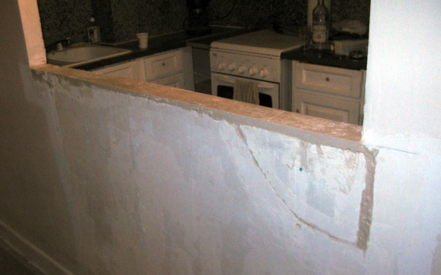 Avant: le vieux plateau du bar retiré découvre un mur en piteux état