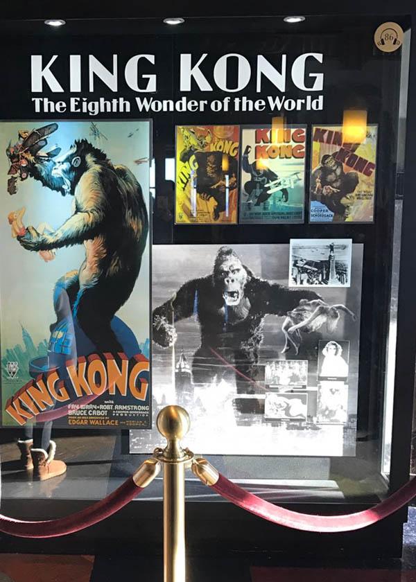 L'affiche du film King-Kong de 1933 est exposée à l'Empire State Building
