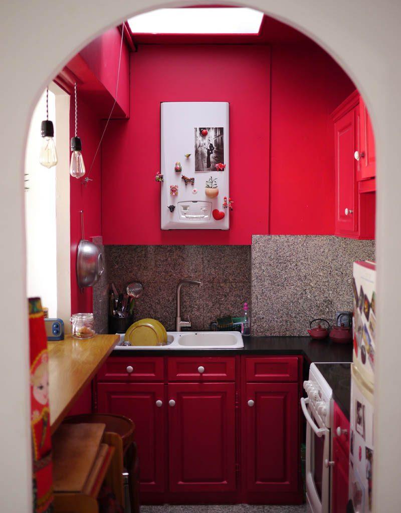 La cuisine en framboise, peinture satinée sur les meubles, murs et plafond, valorise cette pièce