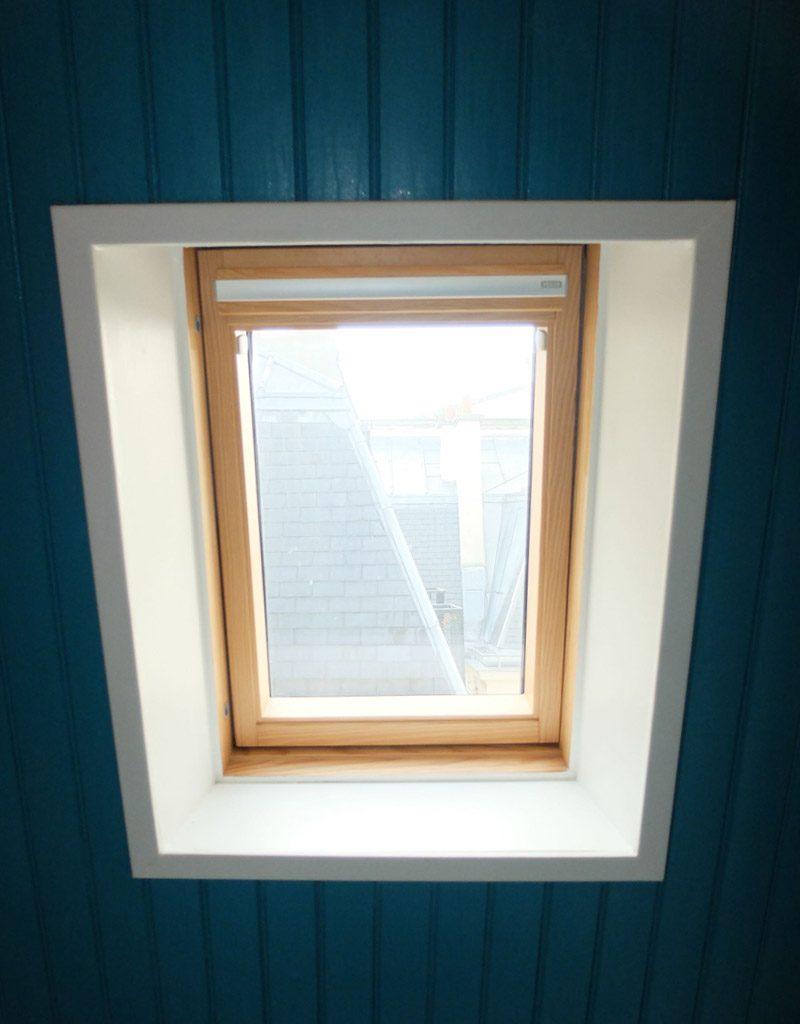 La salle de bain bleue satinée sur les murs et plafond, évoque l'eau, fonction de cette pièce
