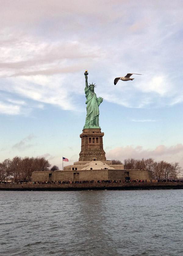 La visite de la statue de la liberté est assurée par ferry