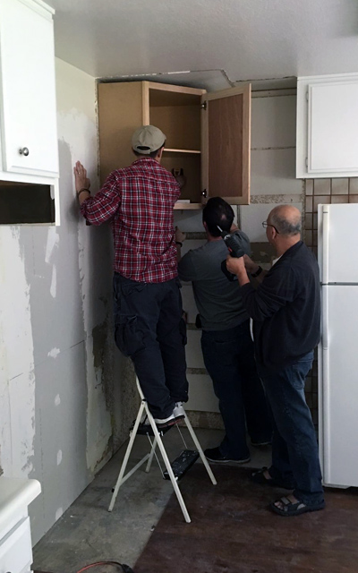 Pendant: retrait des carreaux et lissage du mur