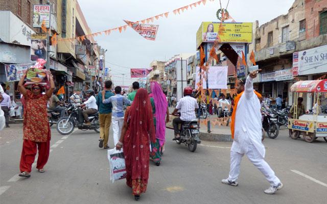 Un peuple avec des tenues aux couleurs vives, dans les rues de la ville