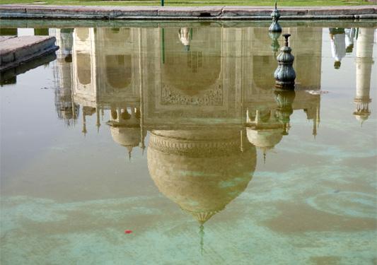 Reflet du palais Taj Mahal dans le plan d'eau