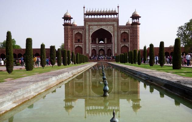 La porte principale conduit au site du Taj Mahal