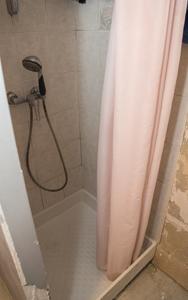 Avant, la douche de forme carrée avec son rideau de douche