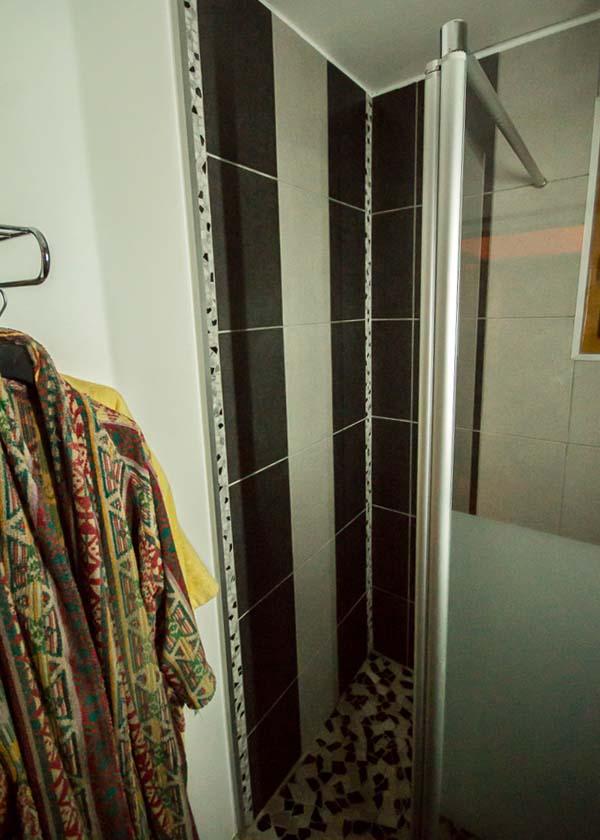 Entrée dans la nouvelle douche de dimensions 1,55 mètre x 90 cm