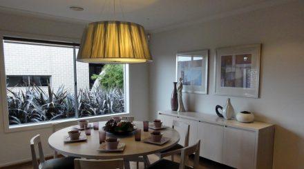 La peinture blanche au plafond et mur, rend lumineuse cette salle à manger en Australie