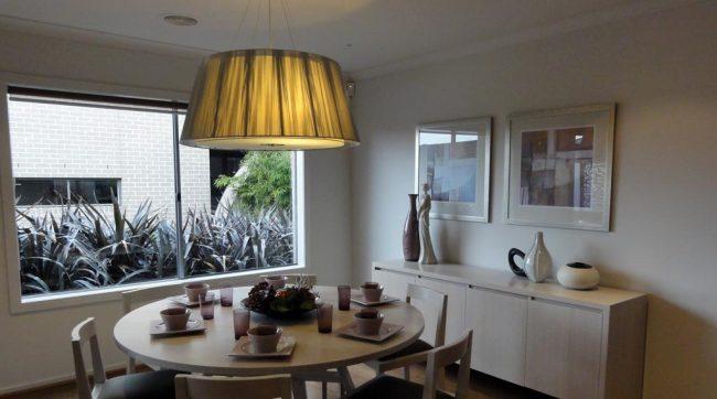 La Peinture Blanche Au Plafond Et Mur, Rend Lumineuse Cette Salle à Manger  En Australie Popular