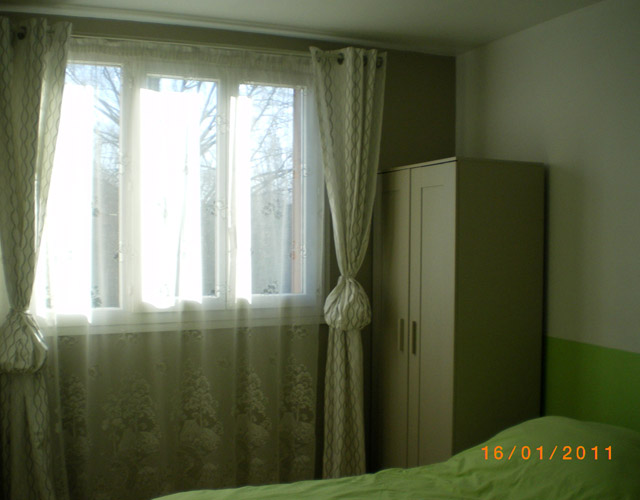 Dans cette même pièce, les couleurs verte et ficelle en satin, une signature végétale.
