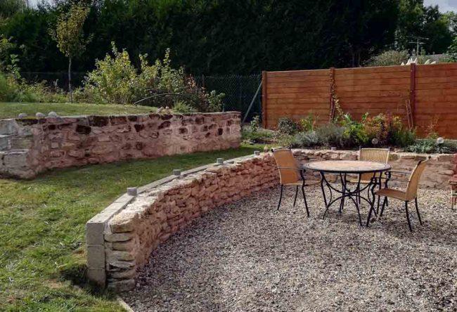 Un mur en pierre structure le jardin - Archi By Me