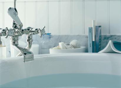 L'eau coule dans une baignoire, le souhait de Cyril pour l'aménagement de ses combles.