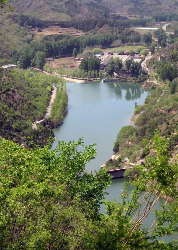 Rivière et végétation articulent les chemins de l'édifice