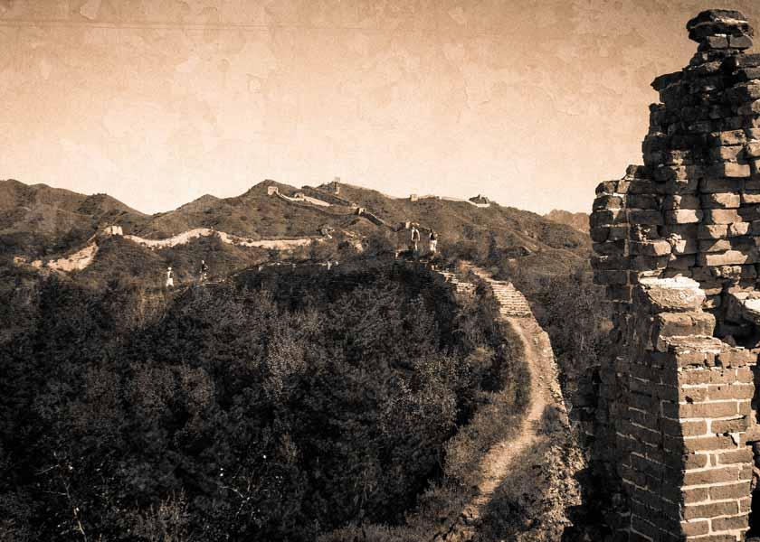 La muraille s'effondre, cédant sa place à l'environnement naturel