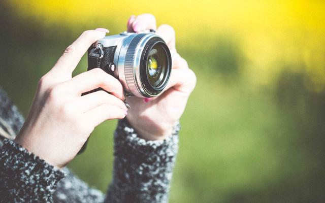 Mains de femme, appareil photo focus sur les favoris